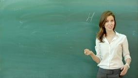 Aprenda la pizarra hermosa confiada de la tiza del profesor de la mujer de la fórmula de la ciencia o de la química metrajes