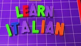 Aprenda letras italianas dos ímãs do alfabeto da língua video estoque