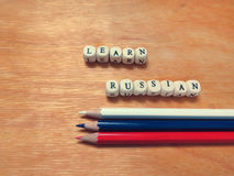 Aprenda los lápices rusos y coloreados Fotografía de archivo