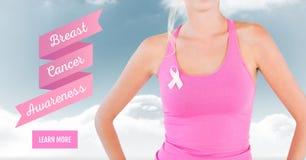 Aprenda más botón con el texto de la mujer de la conciencia del cáncer de pecho con el fondo de las nubes del cielo fotografía de archivo libre de regalías