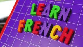 Aprenda o alfabeto da língua francesa em letras dos ímãs vídeos de arquivo