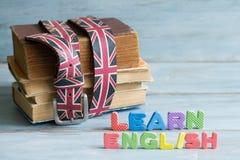 Aprenda o conceito inglês da educação com livros e letras imagens de stock