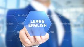 Aprenda o inglês, homem que trabalha na relação holográfica, tela visual fotos de stock royalty free