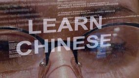 Aprenda o texto chinês no fundo do colaborador fêmea video estoque