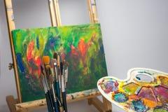 Aprenda pintar la paleta de los cepillos del caballete de las fuentes de escuela imágenes de archivo libres de regalías