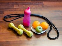"""Aprenda viver pesos de um †saudável do estilo de vida """", um expansor, água, frutos fotos de stock"""