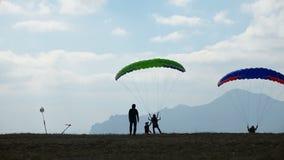 Aprenda volar con el paracaídas almacen de video