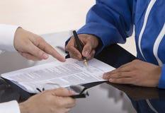 Aprendendo a assinatura de contrato Imagens de Stock Royalty Free
