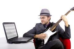 Aprendendo a guitarra em linha Fotos de Stock