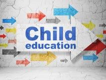 Aprendendo o conceito: seta com educação da criança no fundo da parede do grunge Imagens de Stock