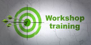Aprendendo o conceito: treinamento do alvo e da oficina no fundo da parede Foto de Stock Royalty Free