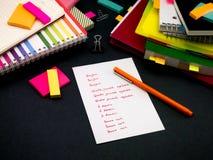 Aprendendo palavras novas da escrita da língua muitas vezes no caderno; Imagem de Stock Royalty Free
