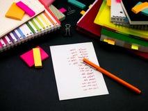 Aprendendo palavras novas da escrita da língua muitas vezes no caderno; Fotografia de Stock Royalty Free