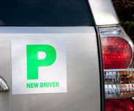 Aprendendo placas em um carro imagem de stock