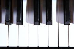 Aprendiendo cómo jugar el piano Imagen de archivo libre de regalías