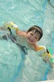 Aprendiendo cómo nadar Fotos de archivo libres de regalías