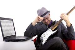 Aprendiendo la guitarra en línea Imagenes de archivo