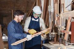 Aprendiz da carpintaria durante a lição fotos de stock