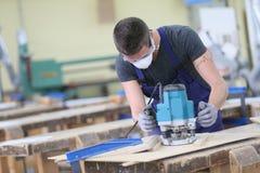 Aprendiz del carpintero que trabaja en la madera Fotografía de archivo