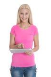 Aprendiz femenino rubio sonriente aislado con la tableta digital Fotos de archivo libres de regalías