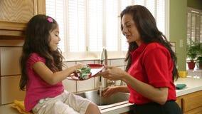 Aprendizagem ajudar a serir de mãe a pratos secos vídeos de arquivo