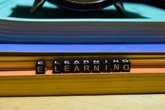 Aprendizagem de E escrita em blocos de madeira Educação e conceito do negócio imagem de stock