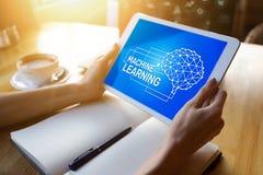 Aprendizagem de máquina, inteligência artificial e conceito esperto da tecnologia na tela do dispositivo fotos de stock