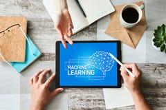 Aprendizagem de m?quina, intelig?ncia artificial e conceito esperto da tecnologia na tela do dispositivo imagem de stock