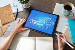 Aprendizagem de m?quina, intelig?ncia artificial e conceito esperto da tecnologia na tela do dispositivo imagens de stock royalty free