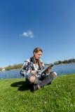 Aprendizagem e trabalho com a tabuleta Foto de Stock Royalty Free