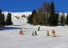 Aprendizagem esquiar em Áustria imagem de stock