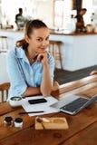 Aprendizagem, estudando Mulher que usa o laptop no café, trabalhando foto de stock