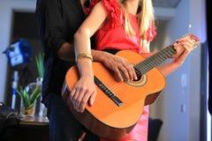 Aprendizagem jogar a guitarra Imagens de Stock