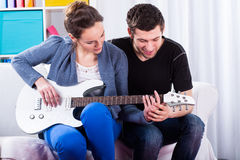 Aprendizagem jogar a guitarra Foto de Stock Royalty Free