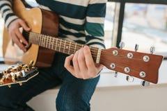 Aprendizagem jogar a guitarra Lições da educação e do extracurricular da música imagens de stock
