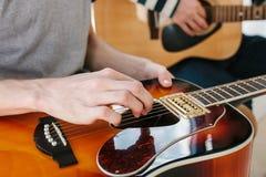 Aprendizagem jogar a guitarra Lições da educação e do extracurricular da música imagem de stock royalty free