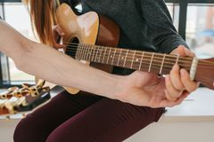 Aprendizagem jogar a guitarra Lições da educação e do extracurricular da música fotografia de stock royalty free