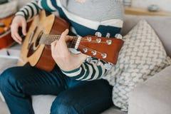 Aprendizagem jogar a guitarra Lições da educação e do extracurricular da música foto de stock royalty free