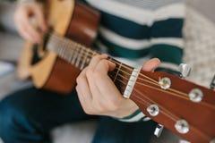 Aprendizagem jogar a guitarra Lições da educação e do extracurricular da música imagem de stock