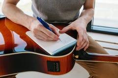 Aprendizagem jogar a guitarra Lições da educação e do extracurricular da música fotos de stock royalty free