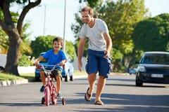 Aprendizagem montar a bicicleta Fotos de Stock Royalty Free
