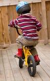 Aprendizagem montar uma bicicleta Imagens de Stock