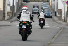 Aprendizagem montar uma motocicleta fotografia de stock royalty free