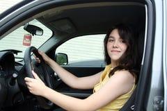 Aprendizaje adolescente conducir un coche Imagenes de archivo