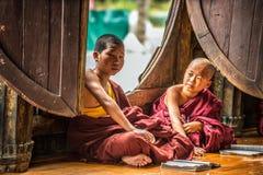 Aprendizaje asiático de los monjes del niño imágenes de archivo libres de regalías