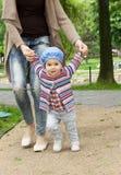 Aprendizaje caminar bebé Imagenes de archivo