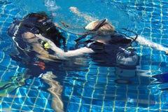 Aprendizaje de buceo con escafandra Imagen de archivo