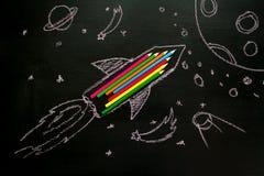 Aprendizaje de la creatividad Lanzamiento de la nave de Rocket hecho con los lápices Foto de archivo libre de regalías