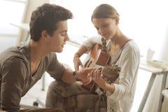 Aprendizaje de la guitarra Foto de archivo