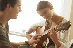 Aprendizaje de la guitarra Imagenes de archivo